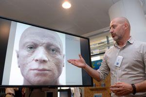 Philippe Froesch présente de la reconstitution faciale de Robespierre dans son laboratoire de Barcelone, en octobre.