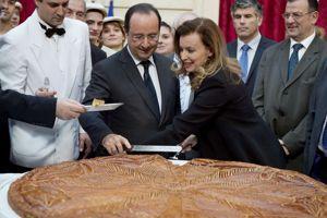 Mardi, Valérie Trierweiler et François Hollande coupaient la traditionnelle galette des rois.