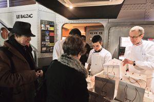 Dimanche dernier, le bras droit de Pierre Gagnaire, Michel Nave (à droite), distribuait des pique-nique au Balzac, à Paris.