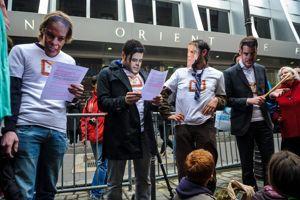 Manifestation le 24 mai de militants radicaux devant le siège parisien du Grand Orient de France, rue Cadet à Paris.