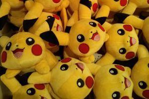 Les peluches Pikachu mises en vente au Pokémon Center Paris. Crédit: Figaro.fr