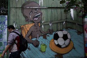 Un petit Brésilien affamé devant une assiette contenant un ballon de foot: une image symbolique signée Paulo Ito.