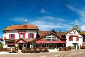 L'Hôtel Arbez est construit sur la frontière franco-suisse et s'est constitué principauté d'Arbézie.