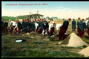Carte postale de la Croix-Rouge montrant «des prisonniers français au travail» près de Cologne.