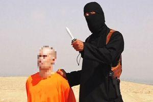 Les deux journalistes détenus par l'État islamique sont vêtus d'une tenue orange, rappelant celles des prisonniers de Guantanamo.
