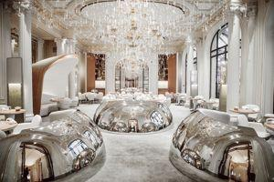 L'hôtel a fait appel au duo Patrick Jouin et Sanjit Manku pour redesigner la salle du restaurant et le bar.