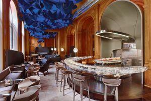 Avec son décor ultramoderne, le bar du Plaza vise une clientèle dans le vent.