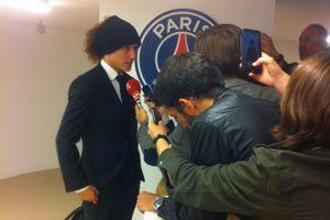 David Luiz répond aux questions après la rencontre.