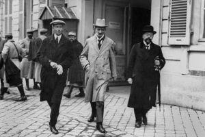 Le professeur Walter Schucking, un des délégues allemands, quittant l'Hôtel Trianon Palace à Versailles lors des négociations du traité de paix en mai 1919.