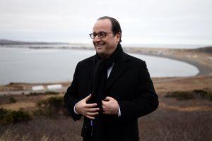 «Ils vont me pousser!», lance Hollande à l'attention des journalistes lorsqu'on lui demande de prendre la pose.