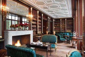 La bibliothèque aux meubles d'époque Napoléon III.
