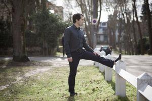 Jambes tendues, posez une jambe sur un objet en hauteur, une chaise par exemple.
