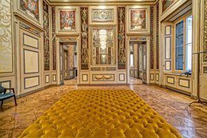Dolce & Gabbana occupe le Palazzo Labus, situé sur l'artère Corso Venezia, à Milan.