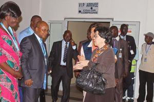 La directrice générale de l'OMS, Margaret Chan, arrive à Conakry (Guinée) le 1er août 2014.