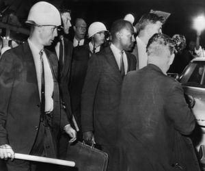 James H. Meredith, escorté de policiers, arrive à l' Université du Mississippi en septembre 1962.