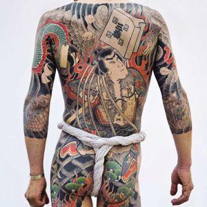Photographie d'un tatouage dumythique maître tokyoïte Horikazu, exposée auMusée du Quai Branly