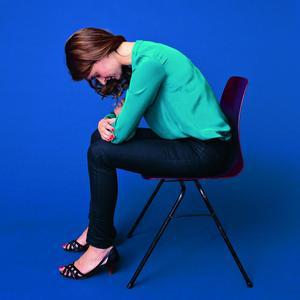 5 mouvements faire au bureau pour d tendre un dos tendu par le froid madame figaro. Black Bedroom Furniture Sets. Home Design Ideas