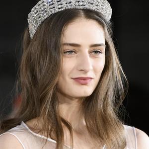 1f2a7c02f462 Imaxtree Coiffures avec accessoires de la Fashion Week - le diadème royal,  Alexis Mabille