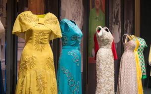 Elizabeth II dévoile ses plus belles robes au public