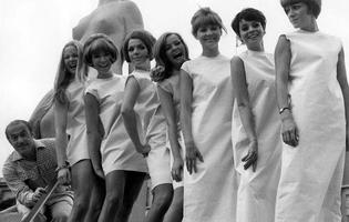 Le couturier Jacques Esterel et ses mannequins de la collection automne-hiver 1966 devant la Venus de granit dans les jardins du palais de Chaillot, le 15 juillet 1966.