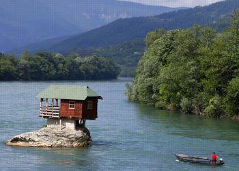 La maison est accessible uniquement à la nage et par bateau. (Crédit: Marko Djurica/Reuters)