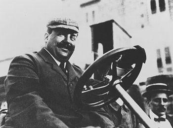 Vincenzo Lancia au volant de l'une de ses créations.