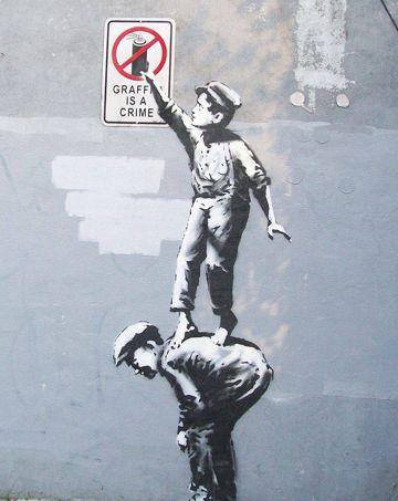 Le 1er octobre, dans le quartier de Manhattan, un enfant saisit la bombe de peinture figurant sur l'écriteau: «Le graffiti est un crime».