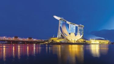 Une piscine bâtie sur trois immeubles d'un hôtel surplombe Singapour
