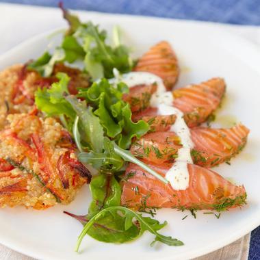 Saumon mariné aux herbes sur galette de quinoa aux légumes, sauce au fromage frais