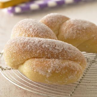 Croissant ou beignet tressé au sucre