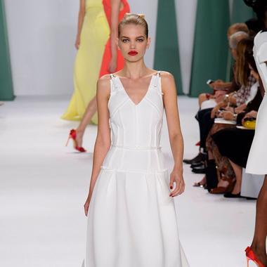 Mariage les 20 plus belles robes blanches de d fil s for Combien sont les robes de mariage de caroline herrera