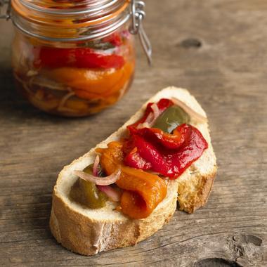 Pickles de poivrons tricolores et tomates cerises au basilic