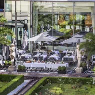 Sur les toits en jardin dans des palaces les vingt for Les terrasses parisiennes