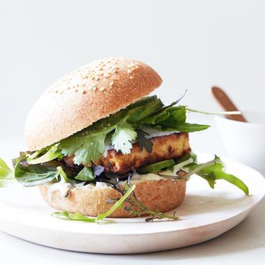 Burger tofu mariné, curcuma et gingembre