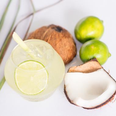 Cocktail rhum coco, gingembre, citronnelle et coriandre