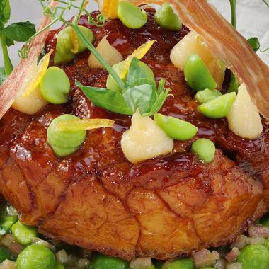 Ris de veau d'alpage rôti, petit pois speck et jus à la réglisse