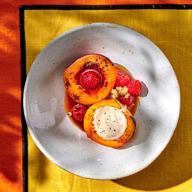 Nectarines rôties aux framboises, crème glacée au poivre noir
