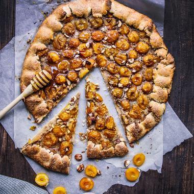 Tarte rustique aux mirabelles de Lorraine, noisettes et miel
