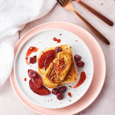 Foie gras poêlé au Sauternes, tranche de brioche dorée, pommes et griottes rôties