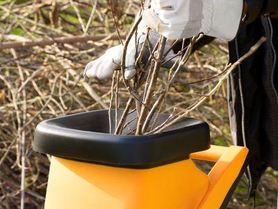 Un broyeur permet de réduire considérableemnt le volume des branchages coupés.