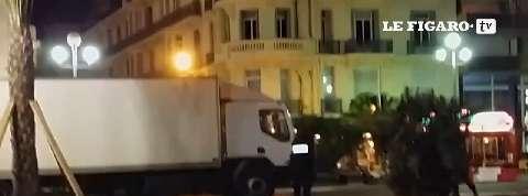 Attentat de Nice : un témoin enregistre les tirs de la police sur le camion en vidéo