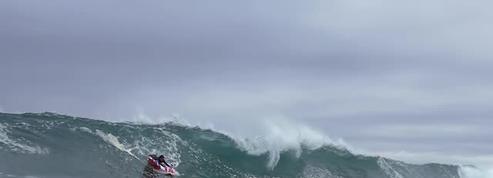Surfer dans une combinaison gonflable, ce sport qu'on a envie de tester