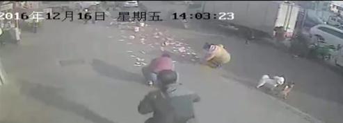 Un Chinois fait tomber une liasse d'un équivalent de 3000 euros dans la rue