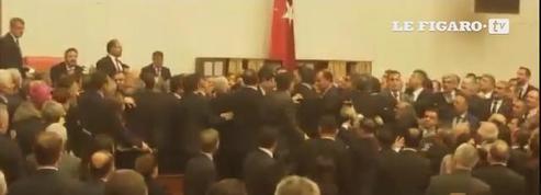 Turquie: une bagarre entre députés éclate au parlement