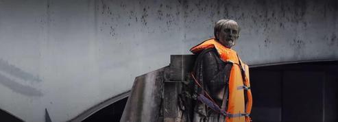 Des militants habillent le Zouave du pont de l'Alma d'un gilet de sauvetage