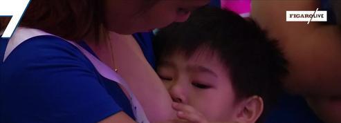 Philippines : des centaines de mères allaitent en public pour protester