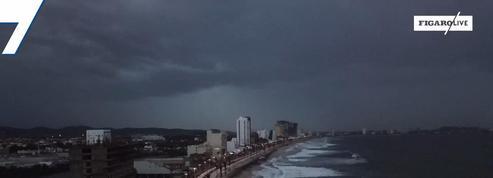 L'ouragan Willa, rétrogradé en catégorie 3, arrive sur les côtes mexicaines
