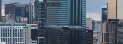 Australie : un avion-cargo militaire vole entre les gratte-ciel et sème la panique