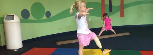 À 8 ans, elle excelle en gymnastique avec une prothèse de la jambe