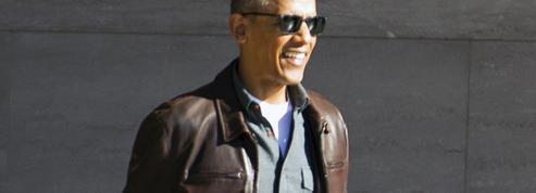 Tongs et veste en cuir : le nouveau style